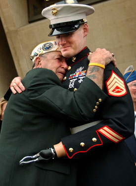 Pearl Harbor survivor embraces Iraq vet