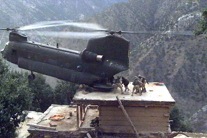 Chinook lands on roof, Afghanistan