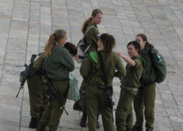 Armed Israeli Defense Force girls